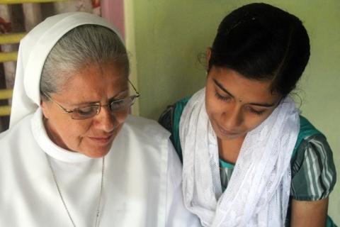 Hermana Lourdes con una joven India